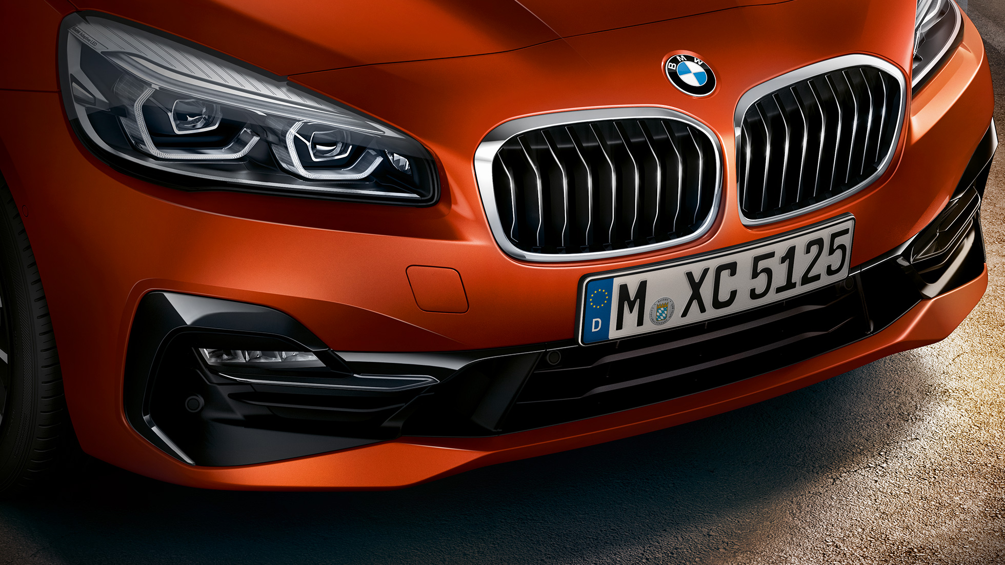 Doubles naseaux de la BMW Série 2 Active Tourer F45 restylage 2018 Sunset Orange metallic vue en gros plan avant
